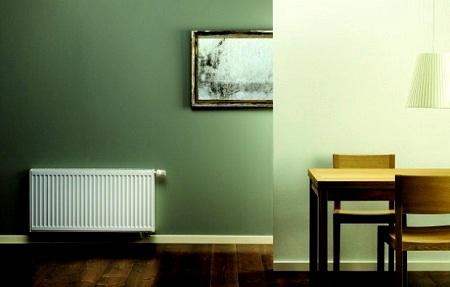 конвекторный радиатор в комнате