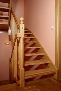 лестница из дерева в интерьере